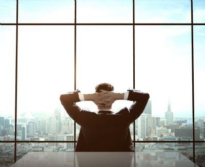 עצמאי מביט אל האופק מהמשרד
