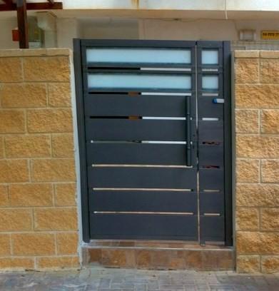 מודרניסטית מסגריית מרכיבי השרון-סורגים, מעקות, שערים, 072-3930043 - דגם שער כניסה EP-11
