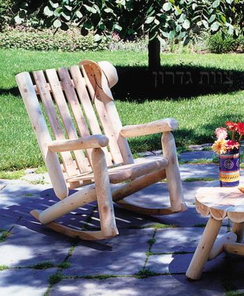 כסא נדנדה מעץ - עשוי בולי עץ קנדיים - צוות-גדרון