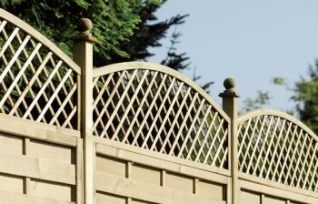 רשתות עץ קשתי משולבות בגדר - צוות גדרון