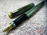 עט פרקר 75. עשוי כסף 925. ציפורן זהב 14 קארט. ציפורן מידיום. העט בנוי משבצות כסף יפיפיות.לא מיוצר כבר עשרות שנים