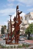 עבודה עברית, 2003, ברזל ואבן, 3.50 מ´ גובה, כיכר הבונים, רחוב בן גוריון, נס ציונה.