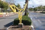 """""""דמות בתנועה"""", 2005, ברזל צבוע בצבע צהוב, 2.50 מ´ גובה, רחוב דואני, יבנה."""