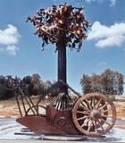 """""""עץ היסטורי"""", מראה הפסל ביום ההצבה, 206, ברזל, עץ, אלומיניום, 5 מ´ גובה, 2.9 מ´ רוחב, כיכר רבין, באר יעקב."""