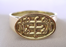 Large Oval gold ring, with out-graved RingStone symbol