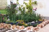 מסלעת פרחים בחזית הבית