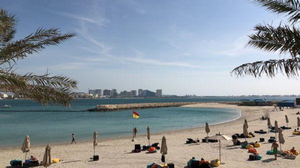 ויזה לבחריין - חוף הים והמים הצלולים ברקע של עיר