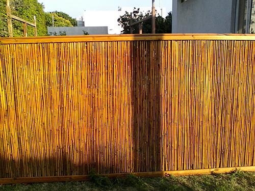גדר במבוק במבוק במסגרת עץ צבוע