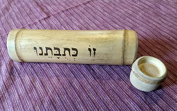 כלי במבוק מיוחדים לכתובות, כולל כיתוב ועיטור