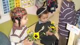 הילדים מאושרים בפרחים היפים ומתכוננים למשימה.