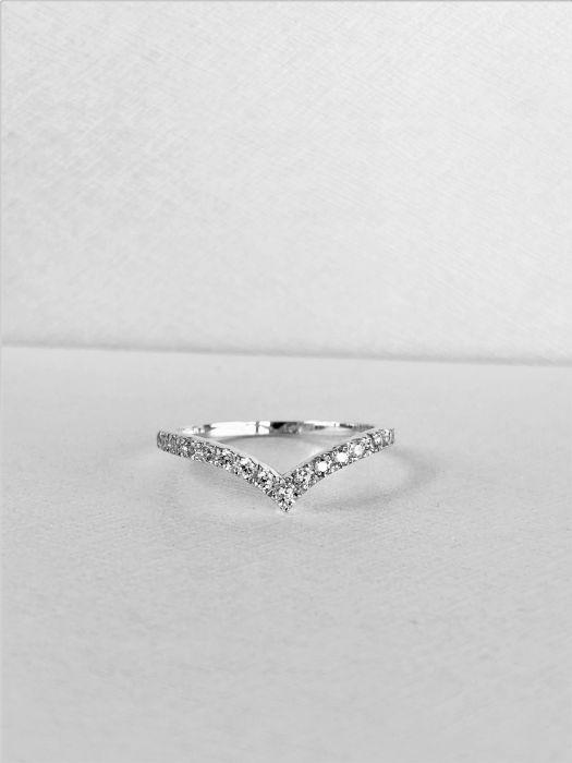 טבעת V זהב לבן 14K משובצת יהלומים