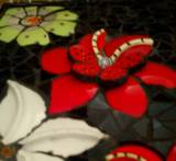 תקריב פרחי פורצלן בתלת מימד -פרט מתוך יצירת פסיפס