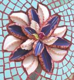 תקריב פרח סגול לבן - פרט מתוך תמונת פסיפס - מיחזור כלים
