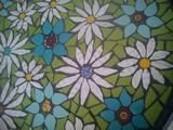 פרחים  בלבן וטורקיז תקריב ממגש פסיפס
