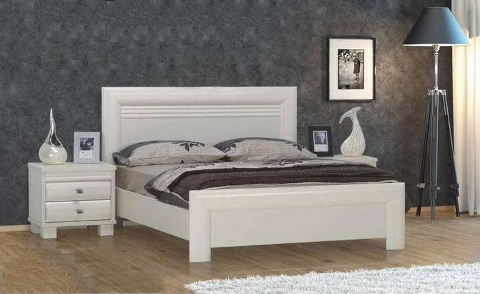 חדר שינה: מיטה זוגית ושידות ברוש