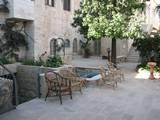 חלק מהחצר הפנימית באכסניה הלותרנית