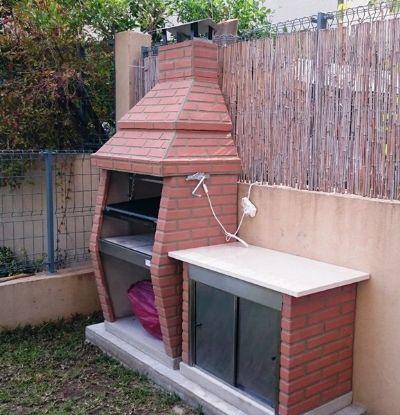 מנגל פחמים עם ארון חוץ מבטון ומשטח עבודה
